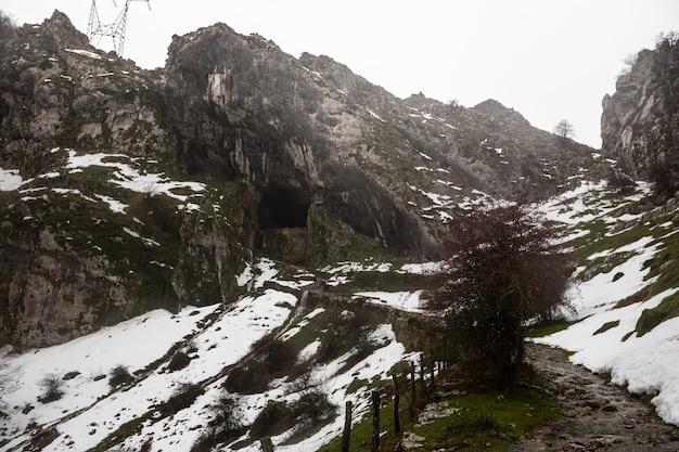 Paisagem do inverno na montanha aizkorri, no país basco.