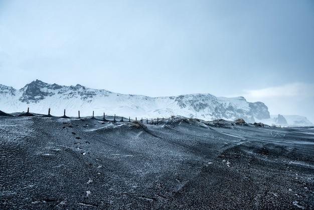 Paisagem do inverno nas montanhas