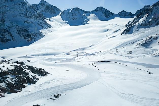 Paisagem do inverno, panorama da estância de esqui com pistas de esqui. alpes. áustria. pitztaler gletscher. wildspitzbahn