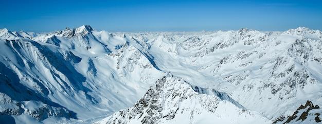 Paisagem do inverno, panorama da estância de esqui pitztaler gletscher. wildspitzbahn. alpes. áustria.