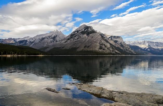 Paisagem do lago minnewanka no parque nacional de banff, alberta, canadá