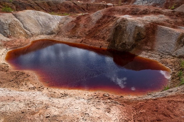 Paisagem do lago vermelho como um planeta marte superfície ural pedreiras de argila refratária natureza montanhas urais