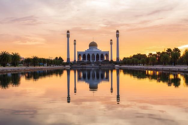 Paisagem do lindo pôr do sol na mesquita central, província de songkhla, tailândia