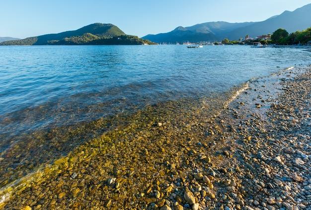 Paisagem do litoral de lefkada lindo verão nebuloso (nydri, grécia, mar jônico).
