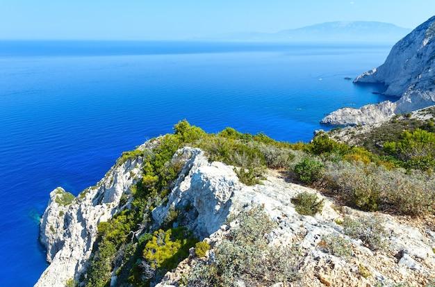 Paisagem do litoral de verão zakynthos, grécia, perto da baía de navagio.
