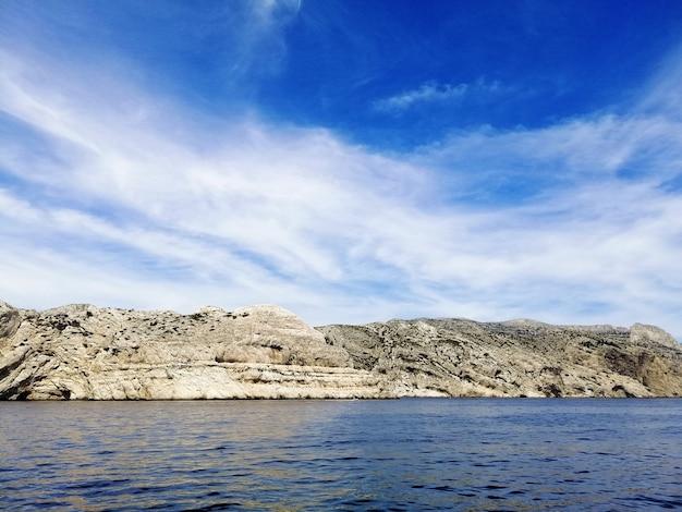 Paisagem do maciço des calanques cercada pelo mar sob o sol em marselha