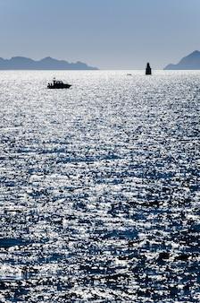 Paisagem do mar e um iate