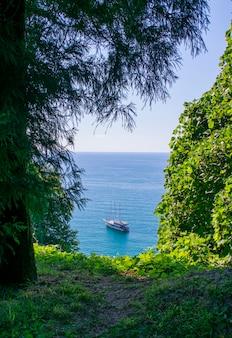 Paisagem do mar negro na geórgia com um navio