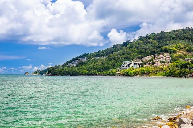 Paisagem do mar, o céu e a ilha com acomodações para relaxar na ilha em phuket, tailândia.