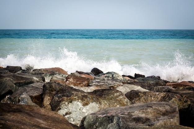 Paisagem do mar, rochas, mar e céu azul