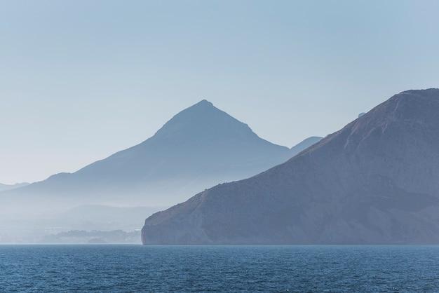 Paisagem do mediterrâneo em um dia ensolarado na costa blanca, na espanha