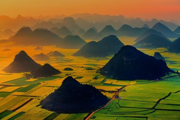 Paisagem do monte dourado do galo: luoping, yunnan, china.