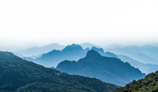 Paisagem do monte huangshan (montanhas amarelas). patrimônio mundial da unesco. localizado em huangshan, anhui, china.