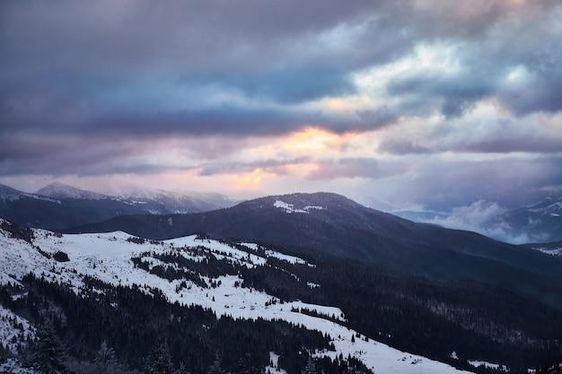 Paisagem do nascer do sol de inverno em montanhas nevadas