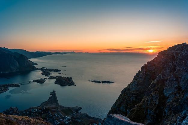 Paisagem do nascer do sol de reinebringen em reine, lofoten, noruega