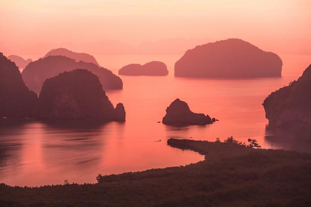 Paisagem do nascer do sol em carsts da pedra calcária na baía de phang nga no nascer do sol. phang nga, tailândia