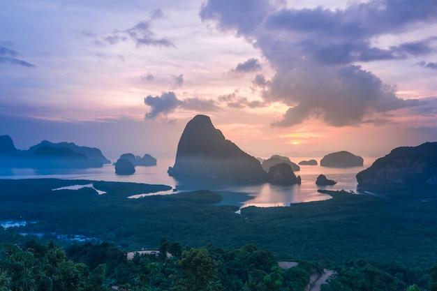 Paisagem do nascer do sol em carsts da pedra calcária na baía de phang nga no nascer do sol.