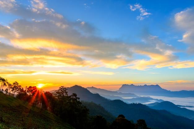 Paisagem do nascer do sol na montanha em doi luang chiang dao, tailândia chiangmai