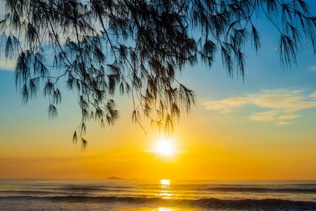 Paisagem do nascer do sol na praia