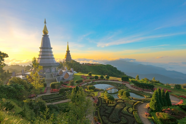 Paisagem do pagode dois na parte superior da montanha de inthanon, chiang mai, tailândia.