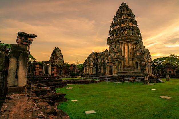 Paisagem do parque histórico de phimai, com céu pôr do sol. marco de nakhon ratchasima, tailândia. destinos de viagem. o local histórico é antigo. edifício antigo. arquitetura clássica do templo khmer.