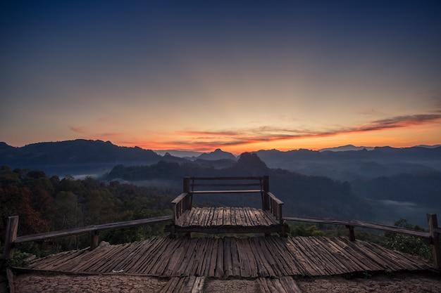 Paisagem do ponto de vista e da montanha na manhã, tailândia.