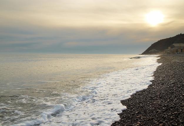 Paisagem do pôr do sol do mar na praia
