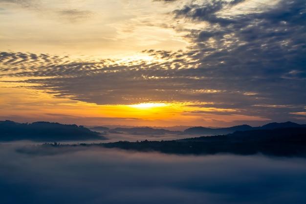 Paisagem do pôr do sol e mirante da montanha na província de phetchabun, tailândia