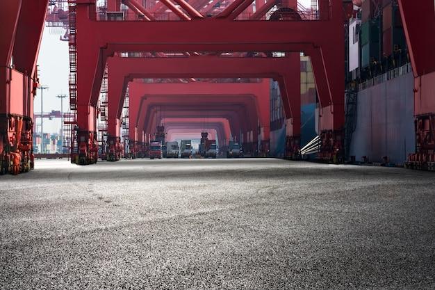 Paisagem do porto com estruturas vermelhas