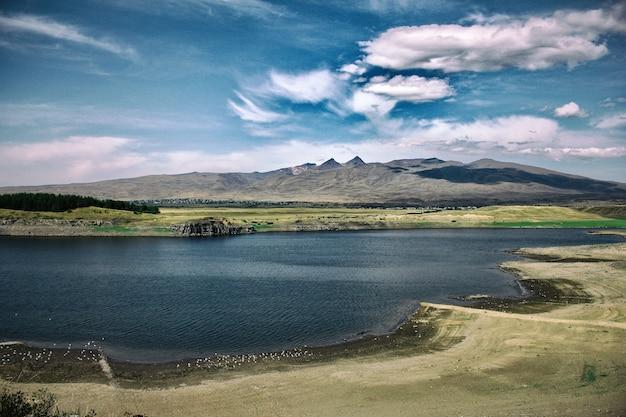 Paisagem do reservatório de aparan, armênia, com nuvens dramáticas