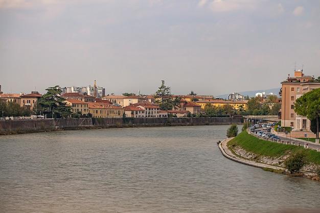 Paisagem do rio adige em verona, itália, em um dia ensolarado