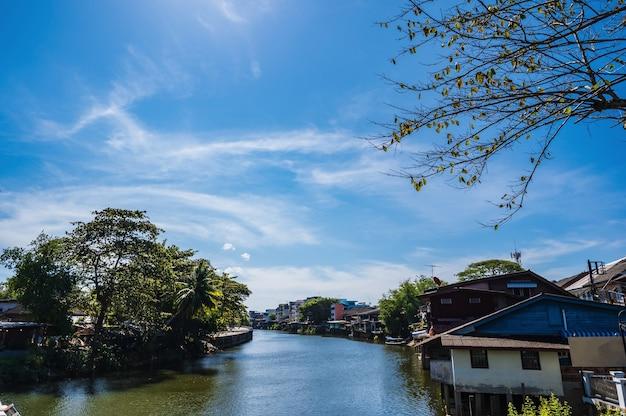 Paisagem do rio chanthaburi com a construção da orla marítima de chanthaboon. chanthaboon é a antiga comunidade à beira-mar localizada no lado oeste do rio chanthaburi