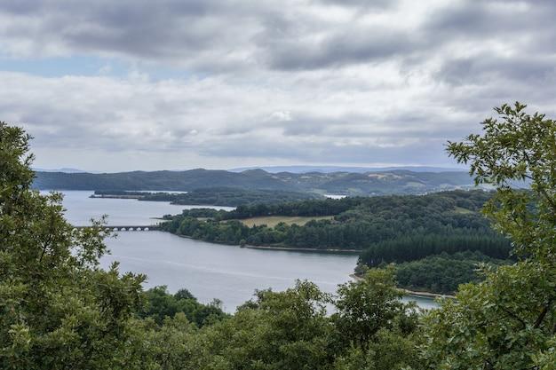 Paisagem do rio com florestas e céu tempestuoso no país basco