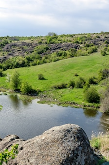 Paisagem do rio da zona rural no início da primavera.