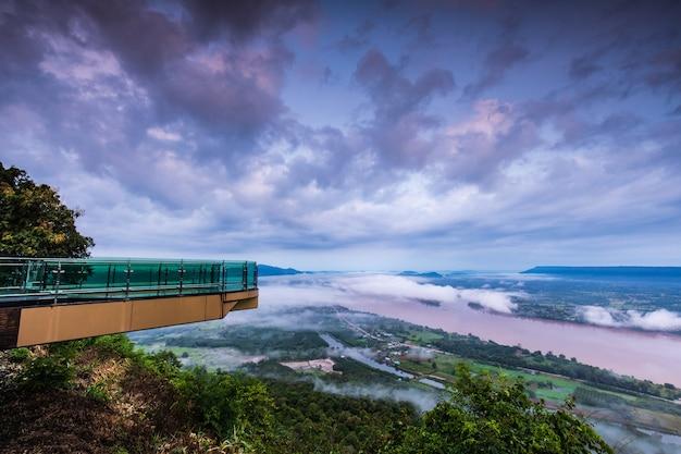 Paisagem do rio de mekong na beira de tailândia e de laos.