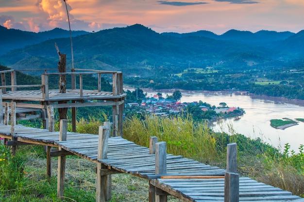 Paisagem do rio de mekong na beira de tailândia e.
