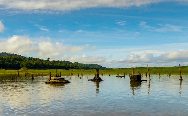 Paisagem do rio songkaria e céu azul