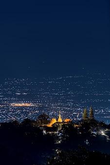 Paisagem do templo wat doi suthep à noite vista aérea, chiang mai, tailândia