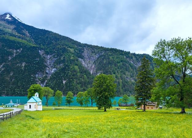 Paisagem do verão de achensee (lago achen) e igreja no prado em flor (áustria).