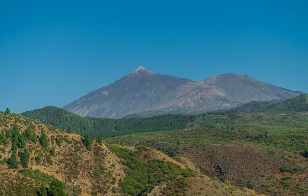 Paisagem do vulcão teide, com céu azul e floresta de pinheiros panorâmica, tenerife, ilhas canárias, espanha