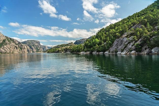 Paisagem dos fiordes noruegueses com reflexo da montanha, noruega, lysefjord