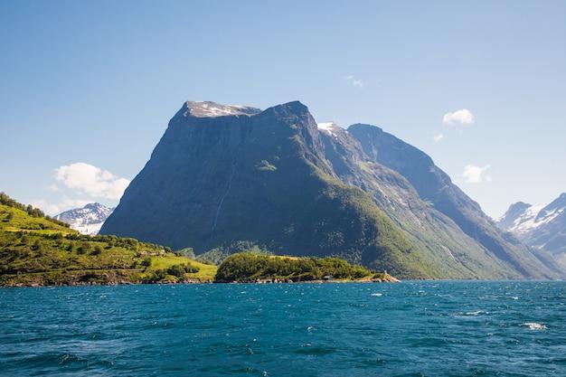 Paisagem dramática de sol e beleza em hjorundfjord, noruega