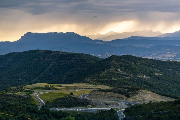 Paisagem dramática do pôr do sol sobre os picos dos pirenéus