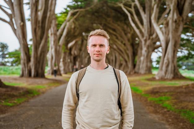 Paisagem dramática e um jovem no túnel cypress tree perto de são francisco, eua