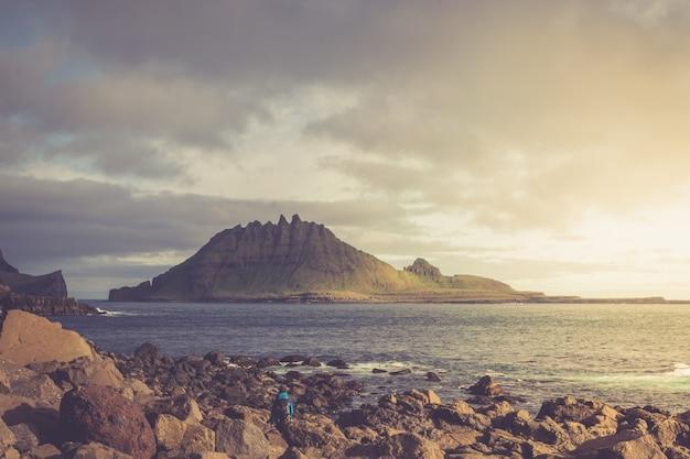 Paisagem dramática nas ilhas faroé, a natureza das ilhas faroé no atlântico norte