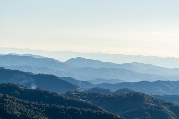 Paisagem e horizonte da montanha