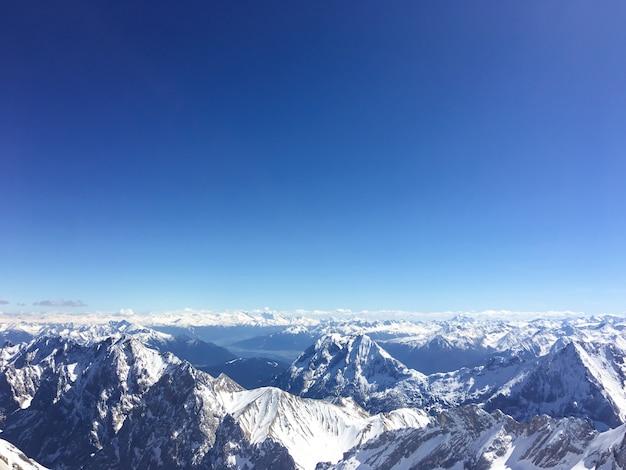 Paisagem e natureza da montanha matterhorn na manhã com o céu azul em zermatt, suíça.