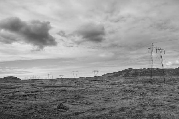 Paisagem elétrica em preto e branco