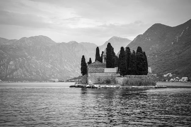 Paisagem em preto e branco com a ilha de são jorge na baía de kotor, perto da cidade de perast, em montenegro