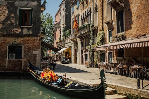 Paisagem encantadora de uma típica rua de veneza.